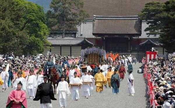 京都御苑を出発する葵祭の行列(15日午前10時46分、京都市上京区)