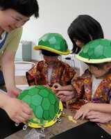 亀岡市のキャラクター「明智かめまる」のかぶとづくりに取り組む子どもたち(亀岡市余部町・ガレリアかめおか)
