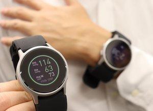 オムロンヘルスケアが発売する腕時計型のウエアラブル血圧計(京都市下京区)