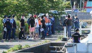 沈んだ船から救助された人たちに話を聞く警察官ら(7日、大津市・近江舞子中浜水泳場付近)