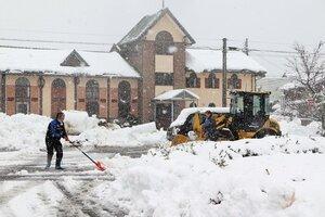 市役所の駐車場を除雪する市職員(京丹後市峰山町・市役所前)