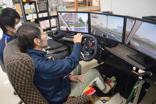 ドライビングシミュレーターで運転操作のリハビリをする男性(東近江市北坂町・近江温泉病院)