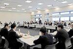法定協議会で、今後の近江鉄道のあり方について議論する沿線自治体の首長ら(東近江市・市役所)