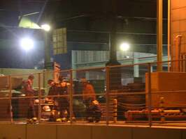 爆発のあった工場に集まる消防署員たち(26日午後8時23分、滋賀県東近江市柴原南町)