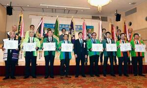 「第74回全国茶品評会」の「産地賞」の授与式=13日午前、鹿児島市