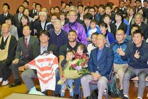 母校に凱旋し、祝福されるマフィ選手(中央)=京都市中京区・花園大