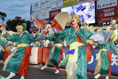2019年の「よさこい祭り」で、華麗な舞を披露する踊り子たち=高知市