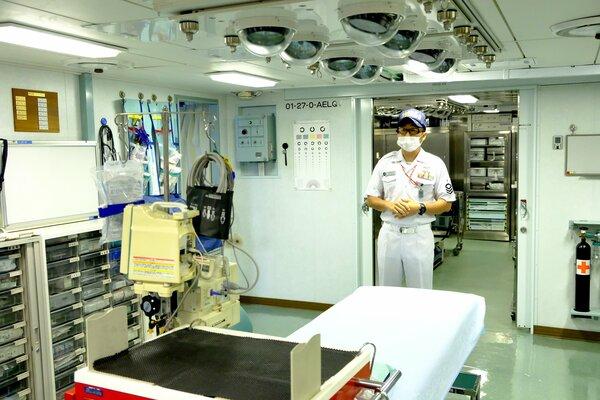 医療機器がそろう医務室。奥は手術室で歯科治療室もある