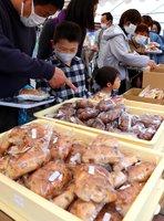 さまざまな種類のパンが並び、家族連れでにぎわった会場(京都市北区・建勲神社)