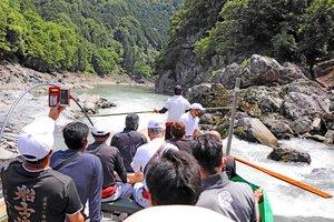運航再開に向け、保津川の状態をチェックする船頭たち(京都府亀岡市)