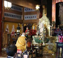 本堂に安置された新しい縄目地蔵の前で行われた法要(京都市中京区・壬生寺)
