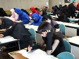 筆記試験に挑む忍者装束の受験者たち(滋賀県甲賀市甲南町・忍の里プララ)