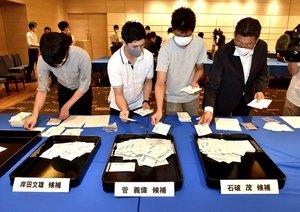 自民党総裁選で党京都府連の投票先を決める予備選の開票作業(14日午前9時9分、京都市中京区のホテル)
