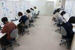 新型コロナウイルスのワクチン接種の予約を受け付けるオペレーターら(5日午前9時19分、大津市内)