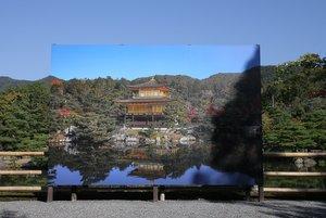 パネルの前に立つと色づき始めた木々に囲まれた金閣に「エア拝観」できる(10月2日、京都市北区)