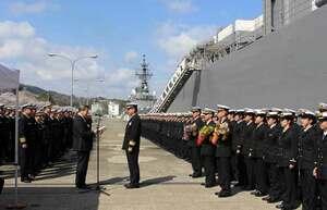 歓迎式でかしまの前に並ぶ実習幹部ら(右)=京都府舞鶴市北吸・海自北吸桟橋