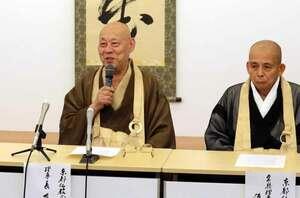 キャッシュレス決済に対する反対の声明を発表する京都仏教会の有馬理事長(左、京都市上京区)