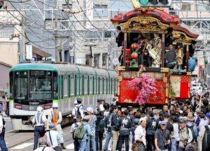 大津祭の本祭で、京阪京津線の電車と並行して巡行する曳山(2018年10月7日、大津市)