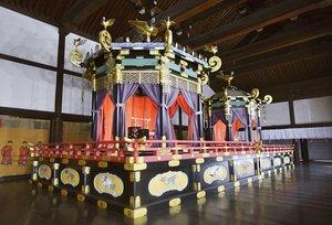 「高御座」(手前)と「御帳台」=京都御所・紫宸殿、資料写真