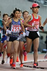 女子5000メートルで初優勝し、初めての五輪代表に決まった田中希実(左)=ヤンマースタジアム長居