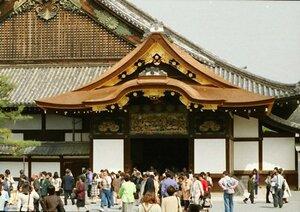 二条城二の丸御殿を訪れる大勢の観光客