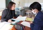 女子生徒に日本語を教える中山さん(左)。「分からなかったら聞いてくださいね」と丁寧に確認しながら授業を進める=昨年12月、京都市伏見区・春日丘中