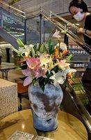 湖南農業高の生徒たちが作った花のアレンジメント(草津市役所)