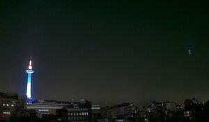 森信三郎商舗のカメラに写った火球とみられる光(14日午後6時10分すぎ、提供写真)
