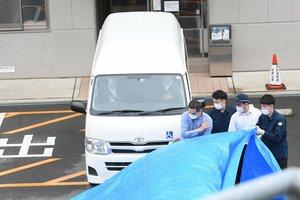 伏見署に向かうため、青葉真司容疑者を乗せた介護車両(27日午前7時40分、京都市内の病院)