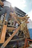 梅雨の晴れ間に始まった鶏鉾の鉾建て(10日午前10時10分、京都市下京区室町通四条下ル)