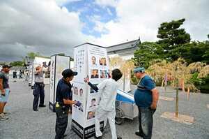 台風に備え、二条城で開催されている「京の七夕」の一部展示が撤収された(14日午後4時29分、京都市中京区)