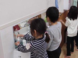 手洗いや手指消毒、うがいを徹底する園児たち(長岡京市長岡2丁目・新田保育所)