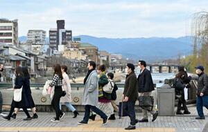京都市の四条大橋をマスク姿で歩く人たち=28日午後
