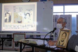 亡くなった母親の写真を前に旧満州からの引き揚げ体験を語る黒田さん(京都市南区・唐橋公民館)