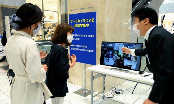 ジェイアール京都伊勢丹の2階中央入口に設置された、体温を測る「サーモカメラ」(25日午前、京都市下京区)