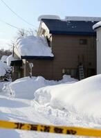 雪に埋もれ2人が死亡した現場の住宅=23日午前、北海道岩見沢市