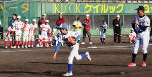 プロ野球選手との投打対決に挑む児童ら(わかさスタジアム京都)
