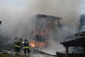 炎上する建物へ放水する消防隊員(16日午前7時11分、舞鶴市天台)