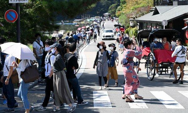 多くの観光客でにぎわう嵐山地区の渡月橋付近(21日午後0時16分、京都市右京区)