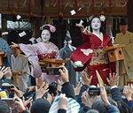 無病息災を願い、節分の豆をまく舞妓ら(京都市東山区・八坂神社)