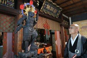 保存修復を終えて初展示されている毘沙門天立像(京都市東山区・六道珍皇寺)