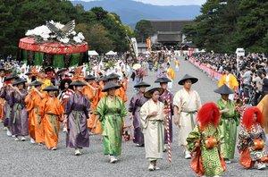 華やかな衣装に身を包んで京都御所を出発する時代祭の行列。2年連続で中止されることになった(2019年10月、京都市上京区・京都御苑)