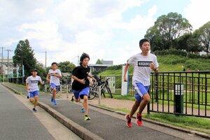 学校近くの恵解山古墳をバックに走る長岡第三中陸上部員たち。在籍当時の山西選手は先頭で引っ張るタイプではなかったという(長岡京市久貝2丁目)