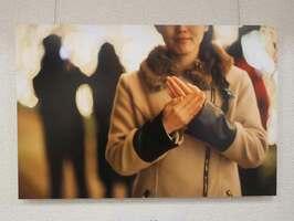 手のひらでなでて相手への「いたわり」を表している作品(京都市右京区京北・あうる京北)