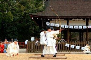 一年の邪気を払おうと弓を構える田中宮司(京都市北区・上賀茂神社)