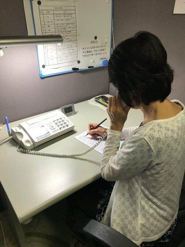 県内各地の人々から寄せられる悩みを聞くボランティアの相談員(滋賀県内)=滋賀いのちの電話事務局提供