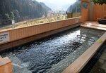ヒノキ材で覆われ、木の香りと山の眺望が楽しめる露天風呂「ならえんの湯」(綾部市睦寄町・あやべ温泉)