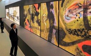 抽象表現のふすま絵などが展示された会場(京都市北区・府立堂本印象美術館)
