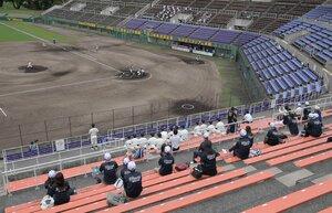 間隔を空けて応援する塔南の保護者や部員たち(12日、わかさスタジアム京都)