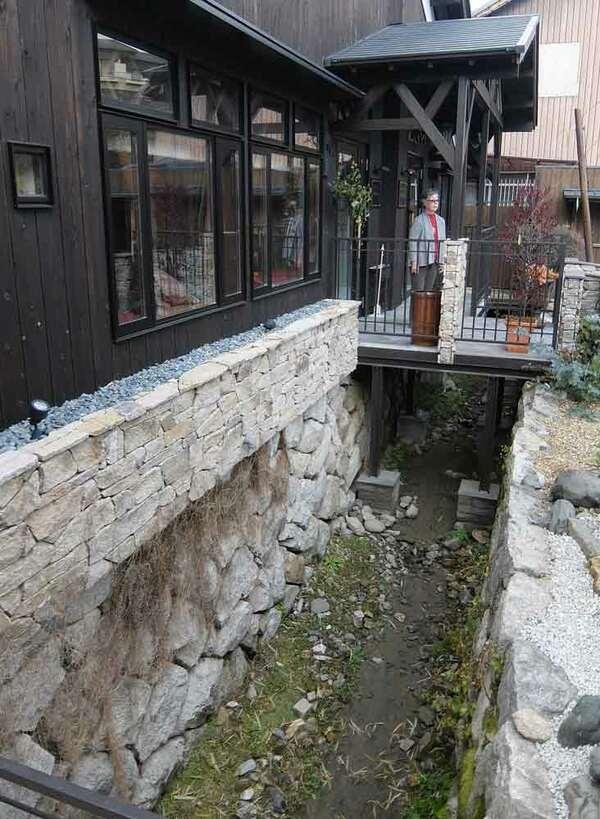 巨大な水車が回っていた水路跡に面して開設される「時忘舎」(京都市左京区)[LF]